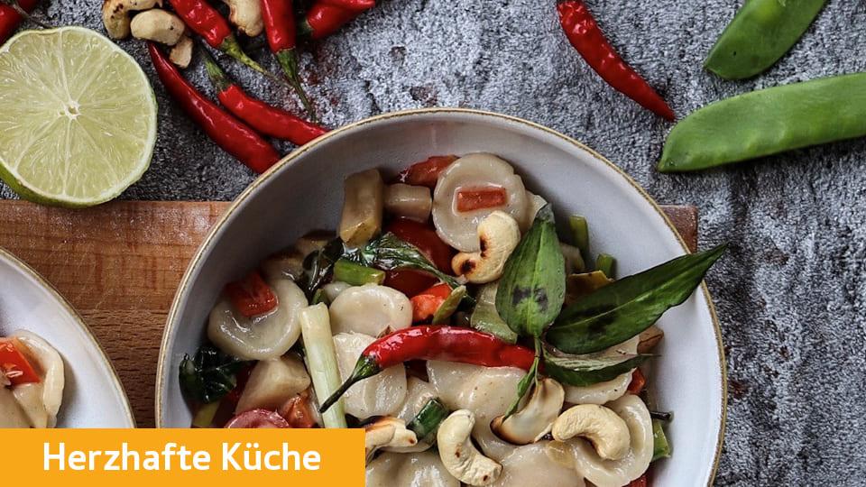 """Pasta """"Orechiette"""" aus Reismehl mit Kokosmilch, Gemüse und Cashewkernen"""
